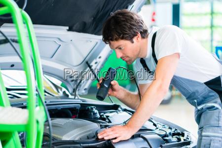 kfz-mechaniker, arbeitet, in, autowerkstatt - 14065365