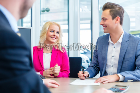 mann, unterschreibt, kaufvertrag, im, autohaus - 14065341