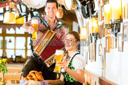musikant, spielt, im, bayrischen, restaurant, akkordeon - 14065239