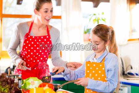 mutter, und, tochter, kochen, zusammen - 14065255