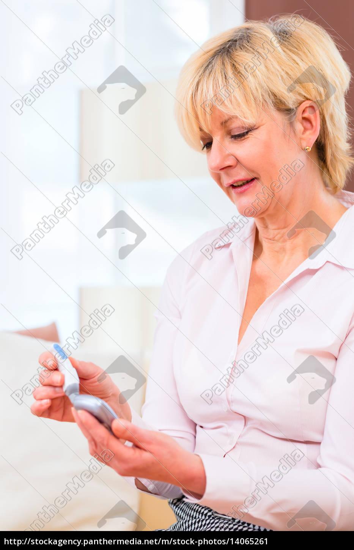 seniorin, mit, diabetes, benutzt, blutzuckermessgerät - 14065261