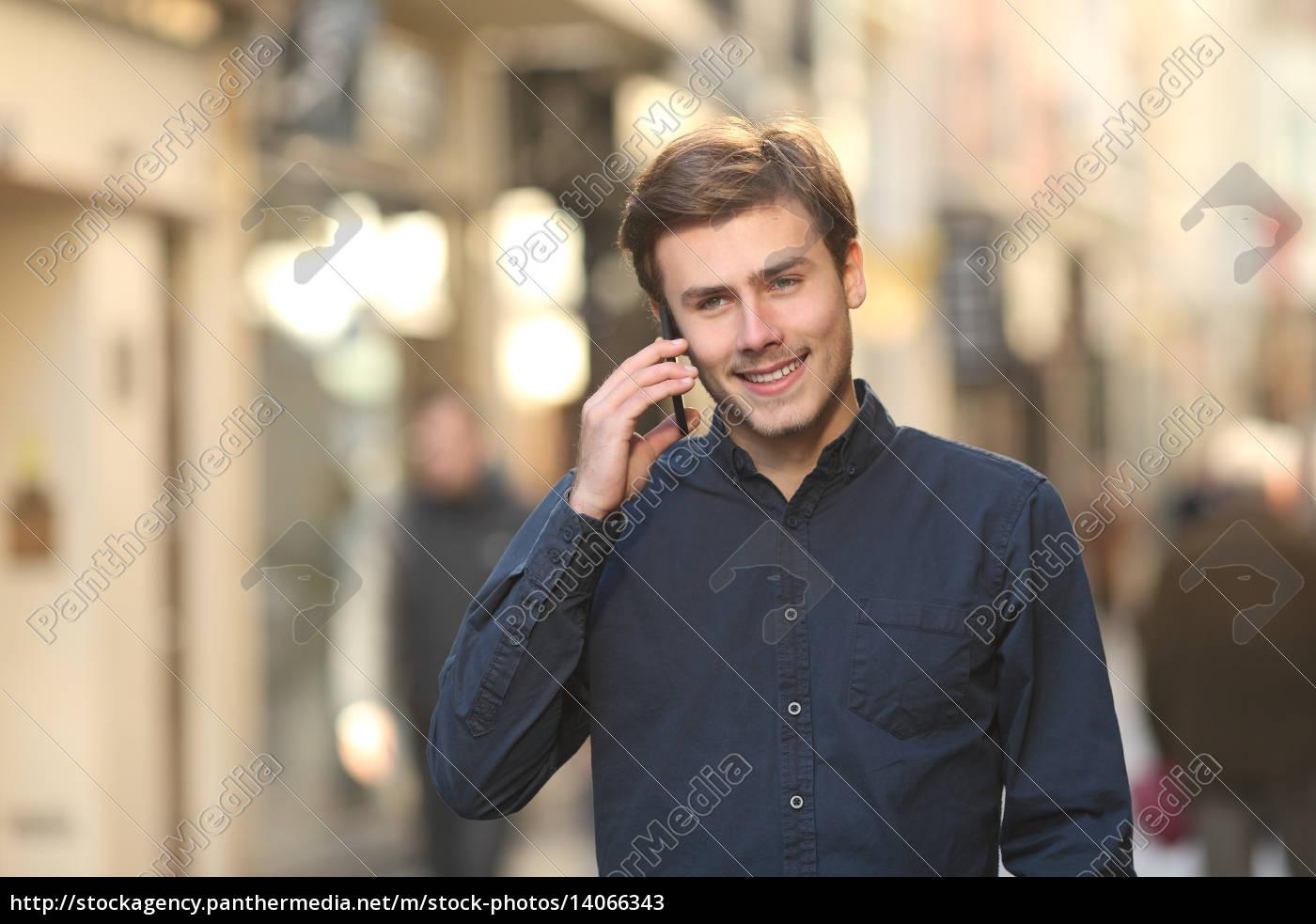 man, calling, on, the, phone, walking - 14066343
