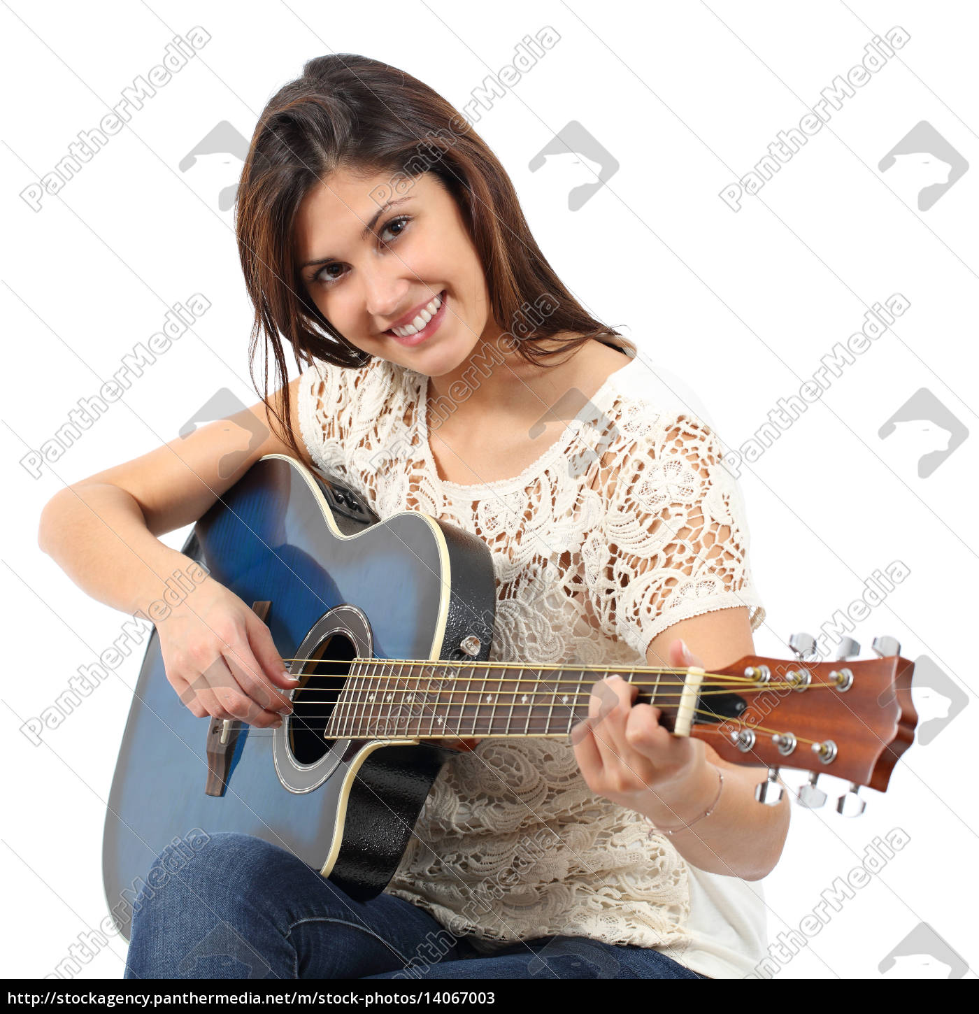 musician, woman, playing, guitar, in, a - 14067003
