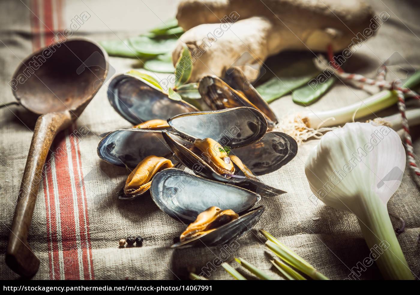 preparing, a, savory, mussel, starter - 14067991