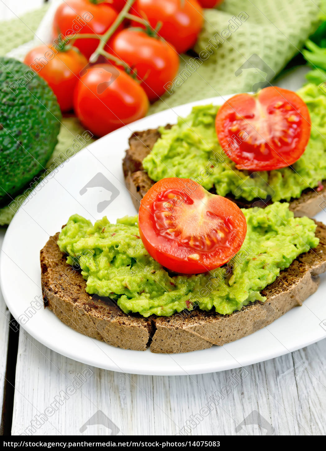 sandwich, with, guacamole, and, tomato, on - 14075083
