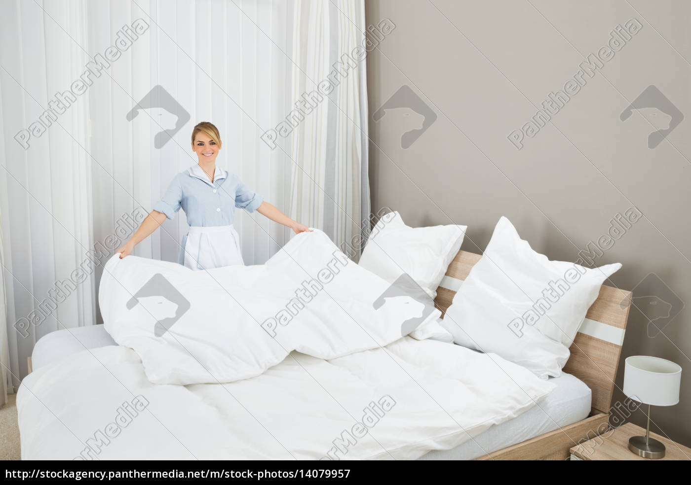 female, housekeeping, worker, making, bed - 14079957