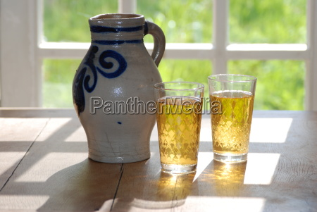 bembel cider with glasses