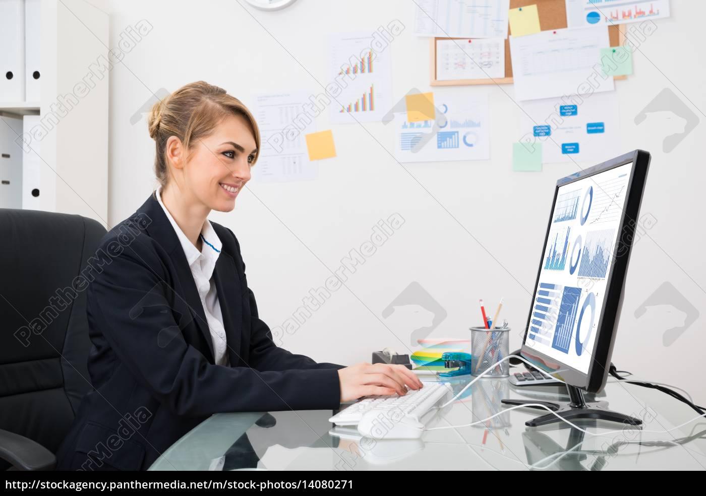 businesswoman, analyzing, graph, on, computer - 14080271