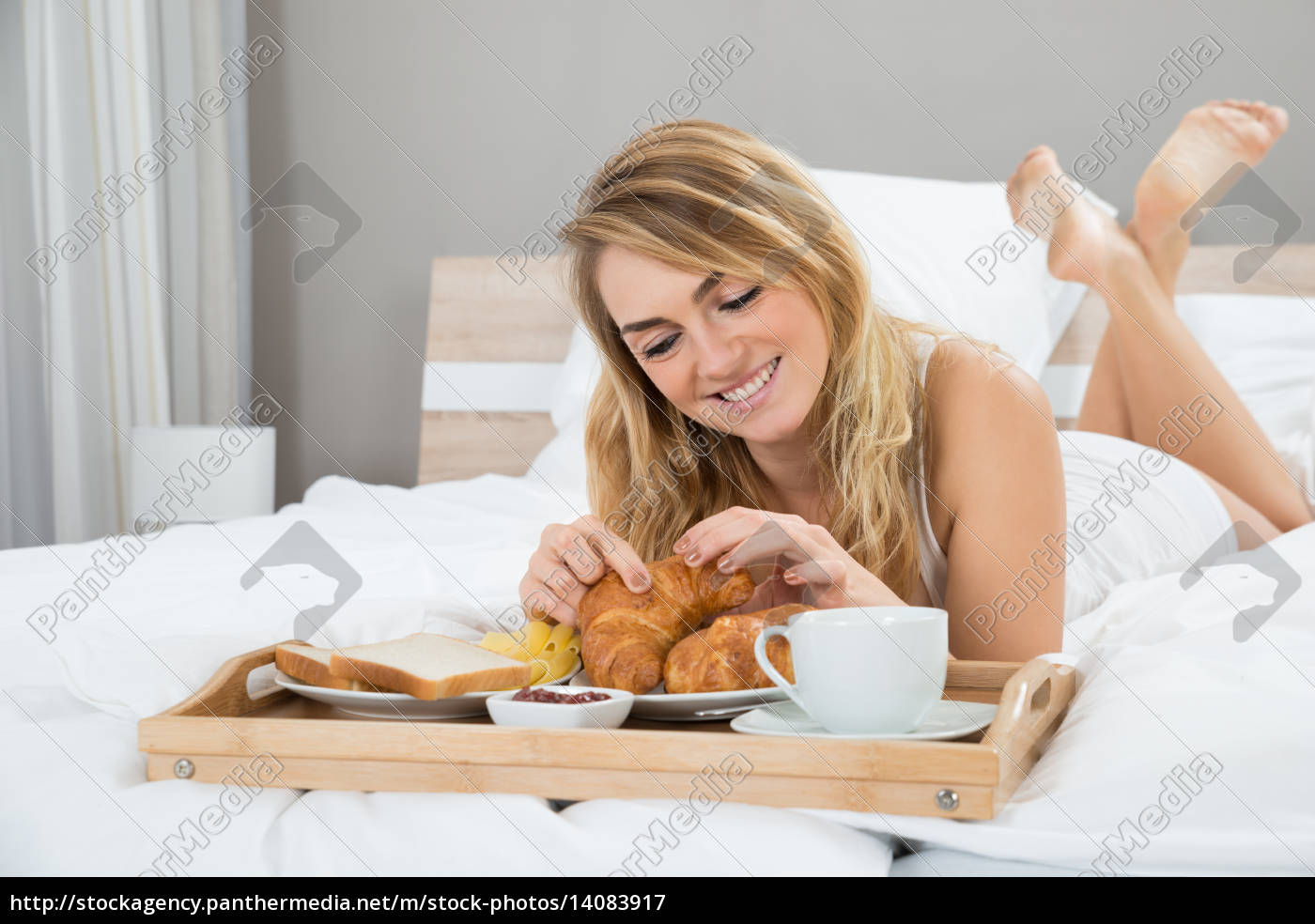 young, woman, having, breakfast - 14083917