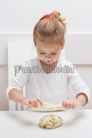 little, girl, have, fun, with, kneading - 14090507