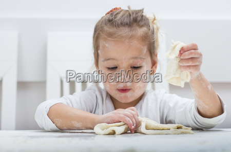 little, girl, have, fun, with, kneading - 14090519