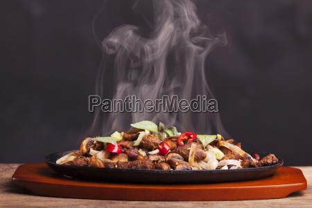 dampfendes haehnchengericht mit nudeln