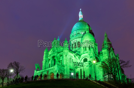 sacre coeur in montmartre paris at