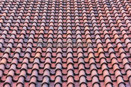 tejado con tejas rojas