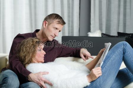 mann und frau lesen ein magazin