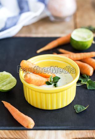 baby carrots with greek yogurt dip