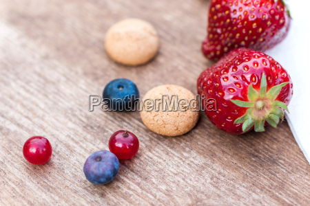 single berry fruits and amarettini biscuits