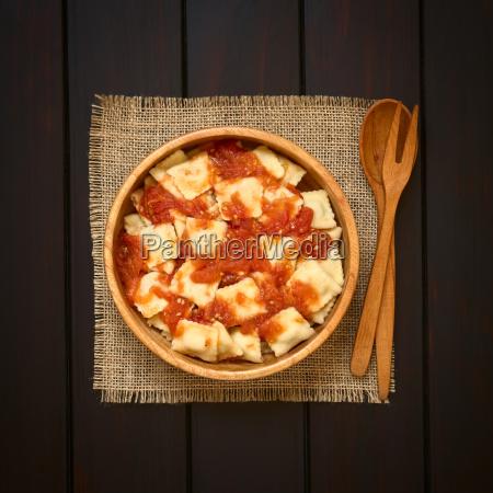 ravioli med tomat sauce