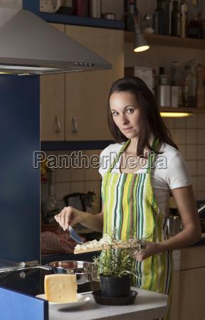 frau in der kueche beim kochen