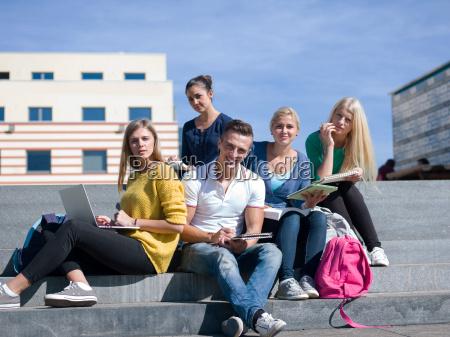 studenten sitzen im freien auf schritte