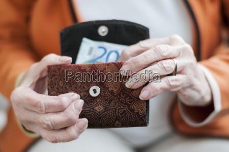 senior looking at their geldboerse