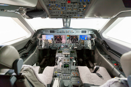 interior airplane cockpit g550 with control