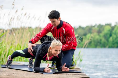 frau mit person trainer macht fitness