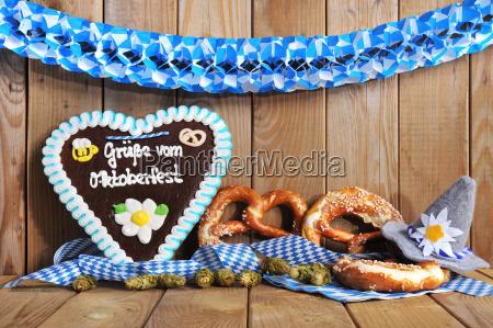 bayerisches lebkuchenherz with pretzels