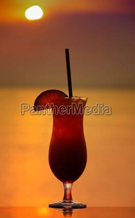 mai tai cocktail im sonnenuntergang am