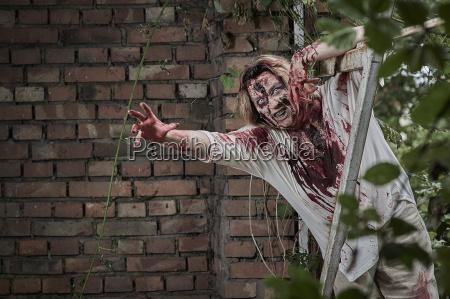 zombie greift an