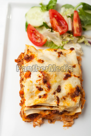 italienische lasagne auf einem quadratischen teller