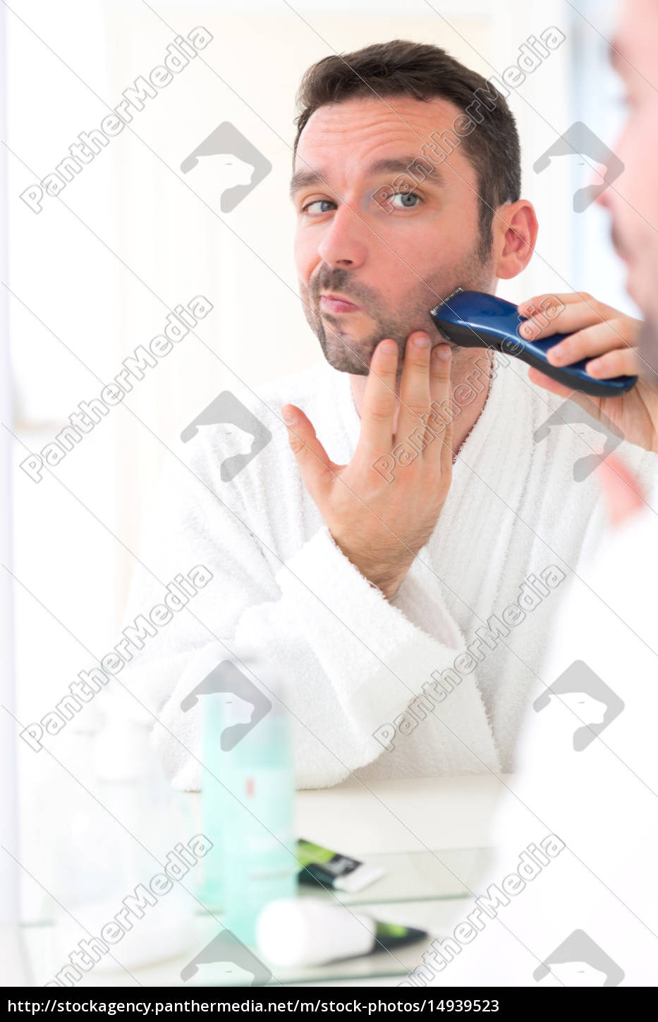 young, attractive, man, shaving, his, beard - 14939523