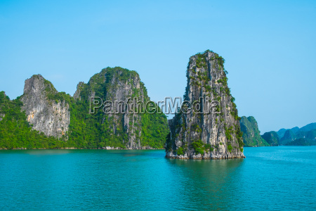 rock, islands, in, halong, bay - 14941181