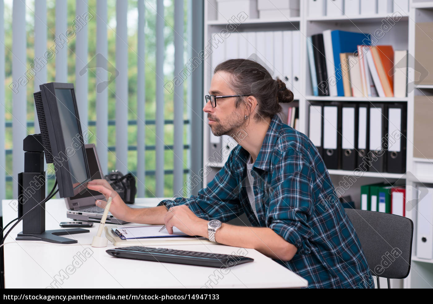 man, is, working, in, his, office - 14947133