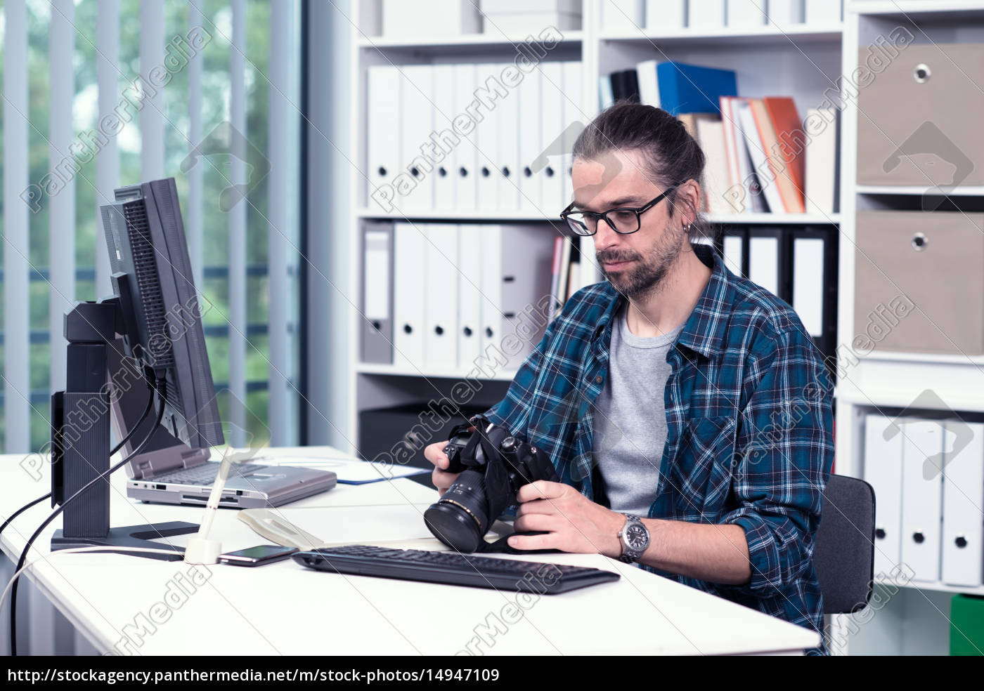 photographer, working, in, his, office - 14947109