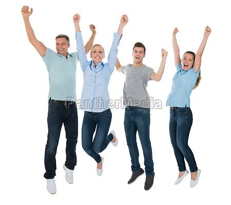 grupo de personas que salta