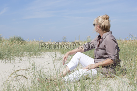 urlauberin sitting on the beach