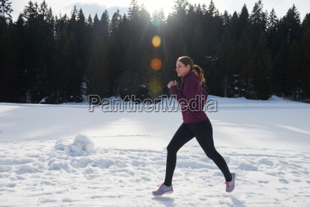 yougn woman jogging outdoor on snow
