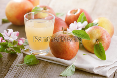 apple juice and apples on table