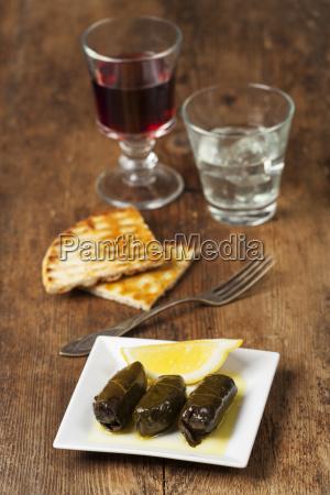 dolmades griegos con vino en madera