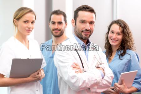 equipo medico que trabaja en el