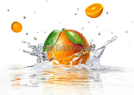 orange spritzwasser in klarem wasser
