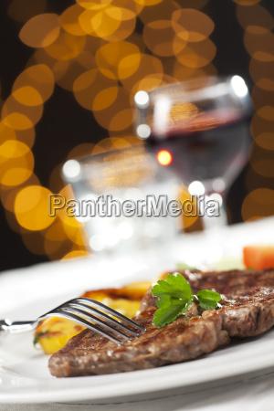 steak mit unscharfen hintergrund