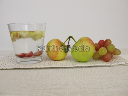 detox water with apple and grape