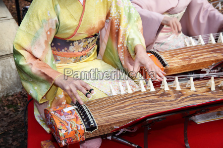 japanese women playing the traditional music