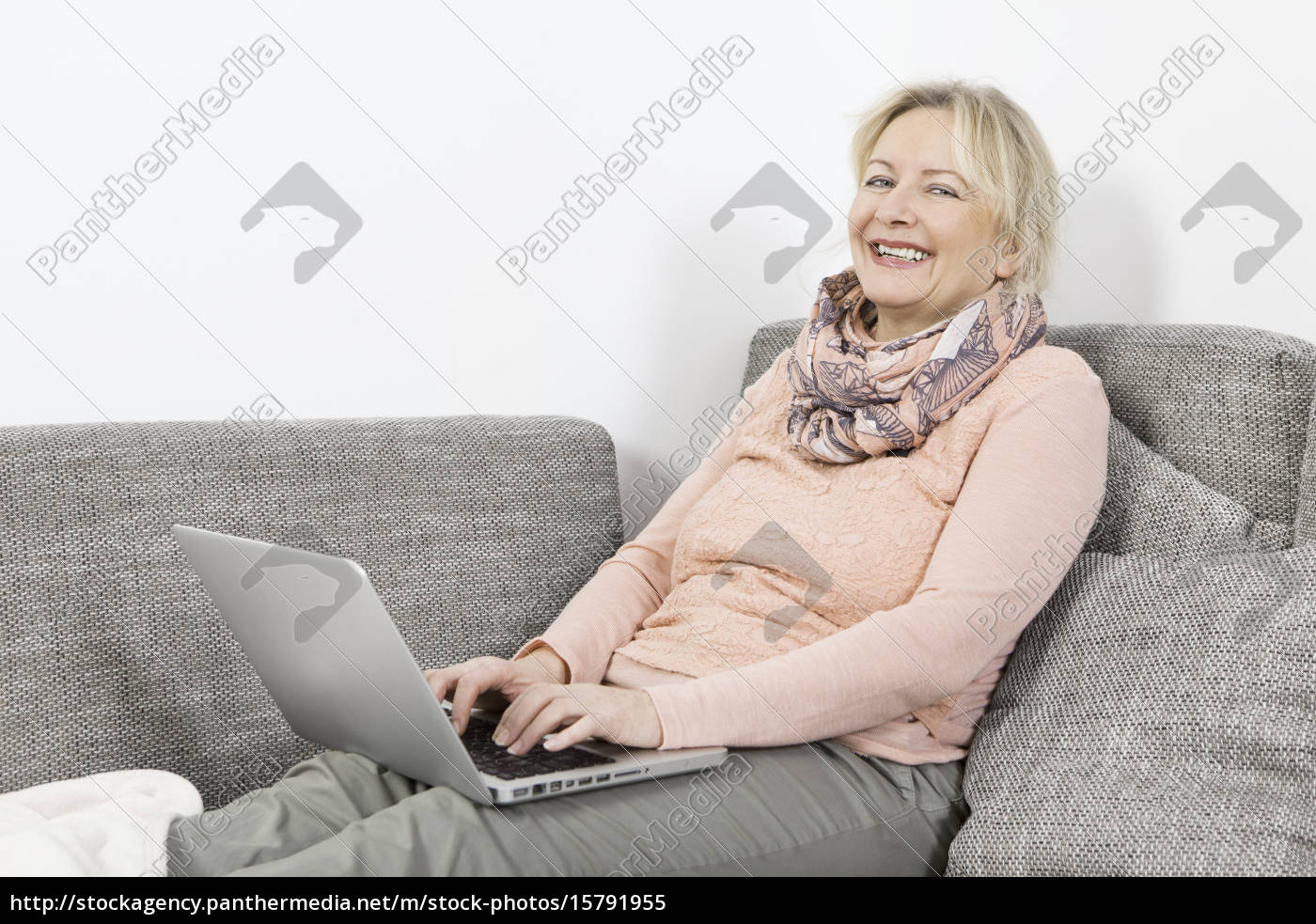 woman, with, laptop, on, sofa - 15791955
