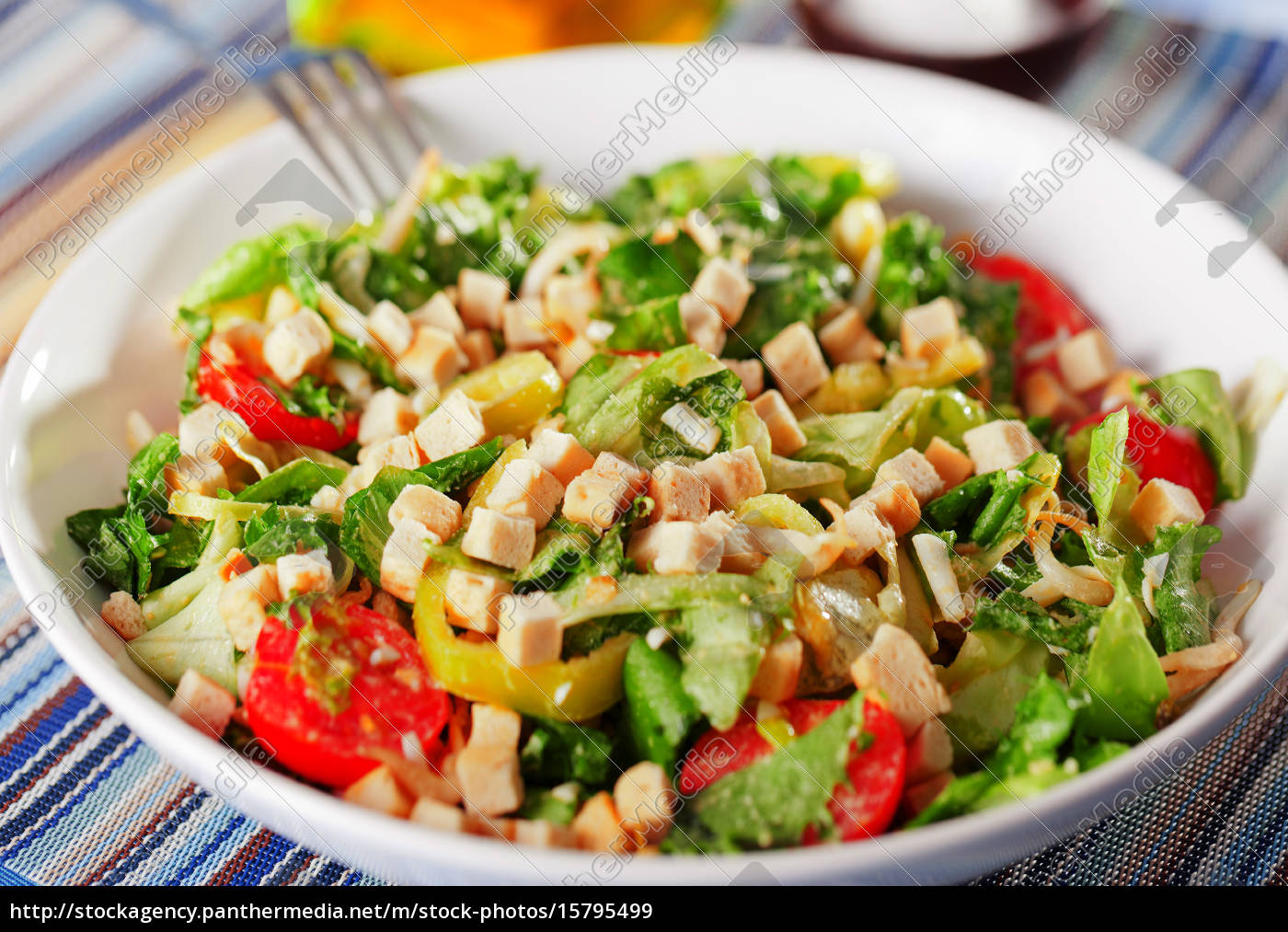 green, salad, with, tomatos, and, croutons, green - 15795499