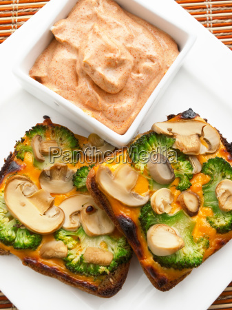toasts, with, broccoli, and, mushrooms, toasts, with - 15796135