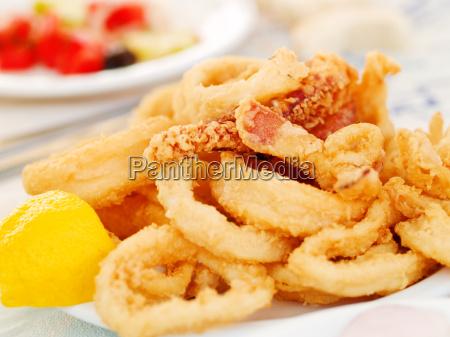 calamares fritos en un restaurante griego