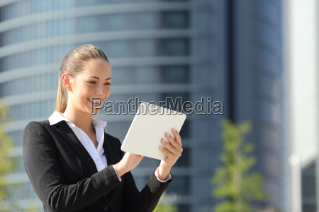 business, woman, using, a, tablet, in - 15801151